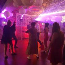 tańczący ludzie
